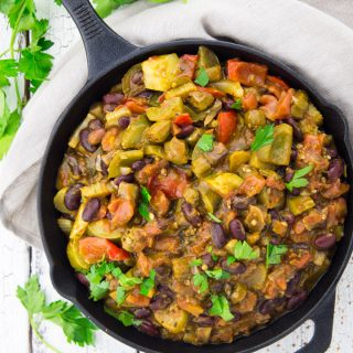 Vegan gumbo in a cast iron skillet