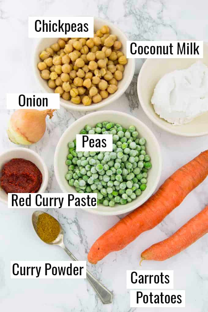 ingredientes que fazem parte desta receita em uma bancada de mármore com rótulos